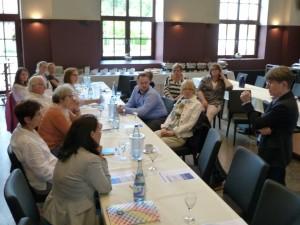 Teilnehmerinnen und Teilnehmer des Fachgesprächs im Gespräch mit Referentin Brigitte Müller